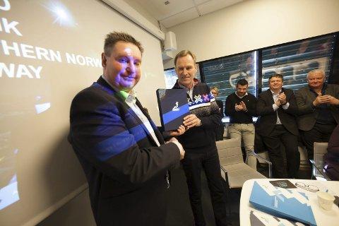 Overlevert: Ordfører i Narvik, Rune Edvardsen, leverte fra seg VM-søknaden til generalsekretæren i skiforbundet, Stein Opsal.