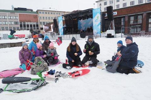 Lunsj i sentrum med gratis minikonsert mens lydsjekken pågår. Fra venstre: Maria Ollberg Kristiansen (13), Linda Hegge, Kine Hegge (5), Ida Hegge (7), Kevin Pedersen, Ina Nygård, Tommy Nygård, Lucas Nygård og Gunn Anne Nygård.