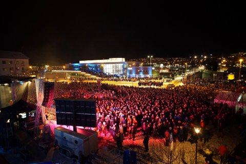 SOLID OPPMØTE: Da Narvik formelt leverte sin søknad om å arrangere VM i alpint i mars i år, ble det holdt en stor fest i Narvik sentrum. 10.000 mennesker møtte opp.