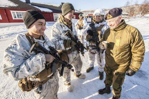 Forsvarssjef Haakon Bruun-Hanssen snakket med både norske og utenlandske mannskaper som deltar under øvelsen Joint Reindeer. Her møter forsvarssjefen styrker fra US Marine Corps på Øse.
