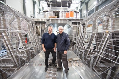 Daglig leder Bård Meek-Hansen og far Arnold Kr. Hansen inne i skroget på en av servicekatamaranene Grovfjord Mekaniske Verksted (GMV) hadde under bygging i 2016.