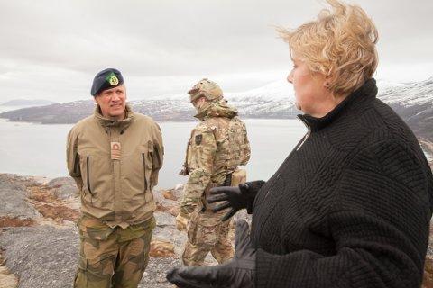 Statsminister Erna Solberg under en orientering om Marinejegerkommandoen (MJK) og skytefeltet i Ramsund av sjef for MJK Petter Hellesen for ett år siden.