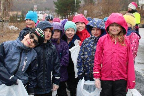 Vårdugnad: Tross det ufyselige været var engasjementet stort hos 2. klassingene ved Beisfjord skole da bygda skulle renses for søppel og skrot.