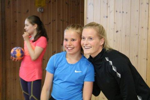 Marte Dahl Arnøy(til venstre)  fikk en klem av landslagsspiller i håndball, Marit Røsberg Jacobsen. Alle foto: Terje Dahl