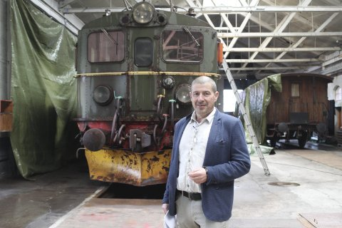 Museumsdirektør: Jon Framnes foran det 200 tonn tunge loket tilbake i 2018 før det ble restaurert.