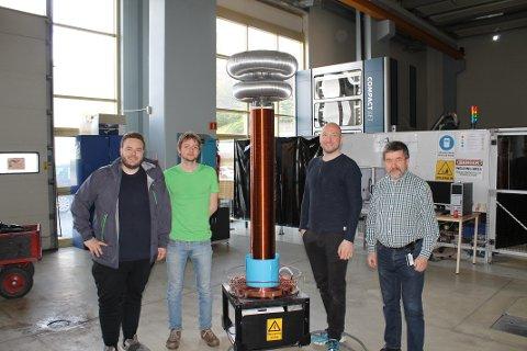 STOLT: Fra venstre er studentene Tobias Thorsen, Svein Joar Husjord, Vegar Holmgren. Veileder til høyre, Trond Østrem.