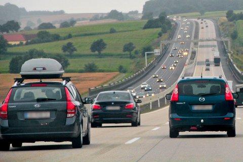 TENK DEG OM: Å kjøre bil med takboks på motorveier er noe annet enn med en bil uten. Illustrasjonsfoto