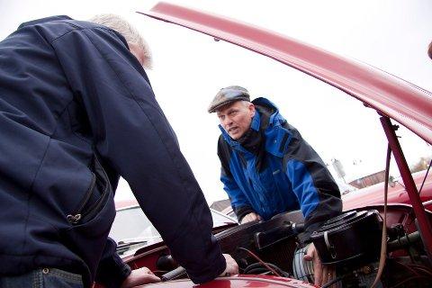 Håvard Kvernelv diskuterer mer enn gjerne med andre veteranbilentusiaster hvordan ting kan fikses.