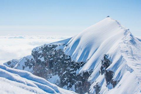 Kebnekaise har to toppunkter, sydtoppen og nordtoppen. Til nå har sydtoppen vært høyest, men det ser ut til å endre seg i løpet av onsdag eller torsdag.