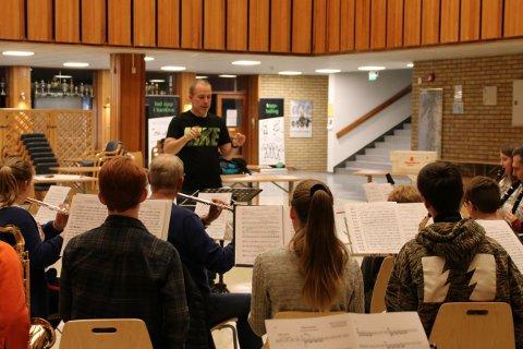 Under ledelse av Norges fremste korpsdirigent, Idar Torskangerpoll, øver korpset til søndagens festkonsert.