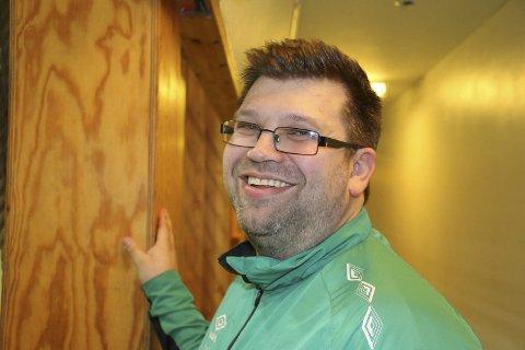 Hardhausleder Rune Thoresen har tur på damefotballen i regionen. Men da trengs det investeringer.