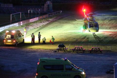 Arkivfoto av ambulansehelikopter på utrykning.
