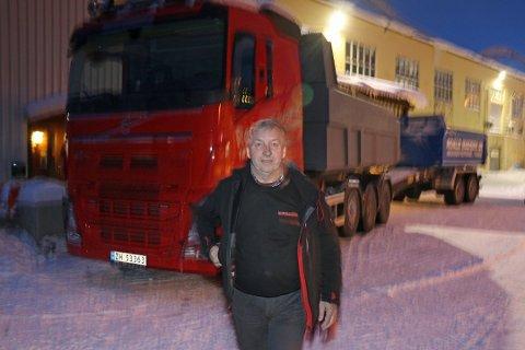 VIL HA TOG: Geir Røstad driver Røstad Transport, og har 40 års erfaring fra tungtransport. Nå foreslår han et radikalt grep for å få færre vogntog på veiene i Troms. Foto: Torkil Emberland