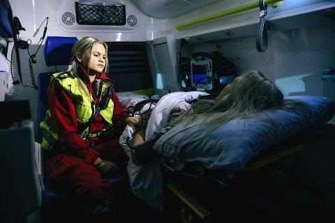 IMPONERENDE: NRK-serien «113» gir et rørende og nært innblikk i hverdagen for ansatte i akuttjenesten ved UNN i Nord-Norge. Det er imponerende å se hvordan de jobber når ulykken er ute, og lange avstander og utfordrende vær og natur jobber mot oss. På bildet er ambulansefagarbeider Kristina Simonsen fra Kåfjord.foto: Marius Fiskum