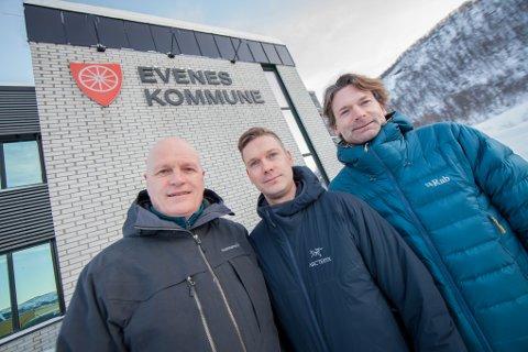 Pål Iver Skogvold (til venstre) har fått med seg Per Strand Eiendom AS og brødrene Per-Inge Strand (daglig leder i Per Strand Eiendom AS) og Kjetil Strand (styreleder i Per Strand Eiendom AS) med å etablere boligfeltet Flåtta på Liland.