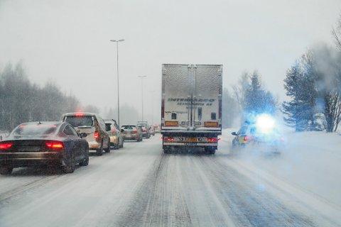 Kløfta  20190116. Nødetatene på stedet etter en trafikkulykke mellom vogntog og bil på E6 mellom Kløfta og Jessehim. Foto: Heiko Junge / NTB scanpix