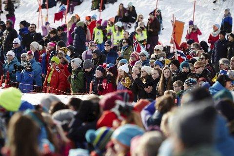 Fest: I mars samles 600 deltakere og ledere til junior-VM i Fagernesfjellet. Da må vi stille opp, som vi gjorde under NM i 2017- og vise verden at vi kan lage fest når alpinutøvere fra 50 nasjoner skal konkurrere i VM-anlegget i Narvik. arkivfoto: Kristoffer Klem Bergersen