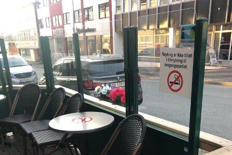 RØYKING FORBUDT: Etter at den nye dekoren kom opp på bordene og på skilleveggen på uteserveringa til Narvikguten Pub i Narvik, har røyksugne gjester vært nødt til å trekke ut på fortauet for å røyke. Bildet er gjengitt med tillatelse.