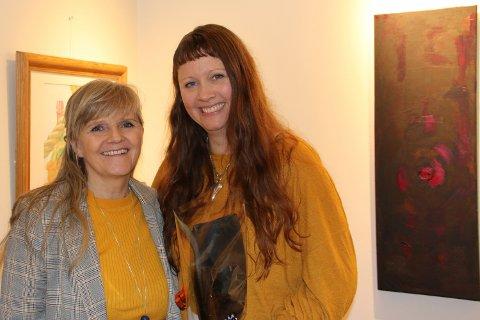 Samarbeid: Bente Robertson og Nina Hansen har samarbeidet om utstillingen som er til minne om bypatrioten og kunstelskeren Harold Hansen, Ninas far. Utstillingen åpnet i helgen og varer ut denne uken.