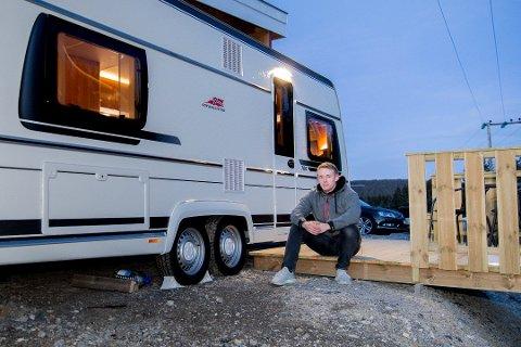 Kaldere: Til tross for at kuldegradene har kommet for å bli, er campingvogna og boligen til Alexander Olsen godt rustet for vinteren. Foto: Vidar Sandnes