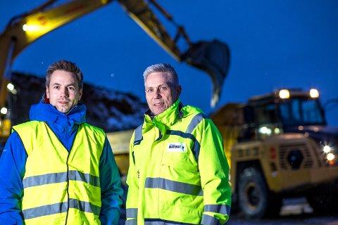 GLAD: Prosjektleder, Helge Trondsen (til høyre) er glad for at arbeidet på tomta er i gang.