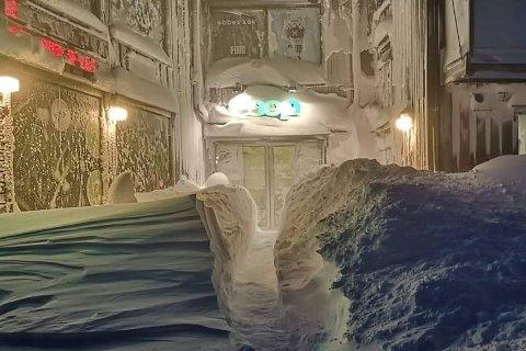 DET SNØR, DET SNØR: – Søndag måtte vi måke en hel del for å holde innganspartiet fritt for snø, skriver assisterende butikksjef Mikael Andersson i ei melding til Fremover.