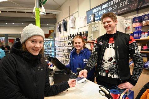 BYTTER JULEGAVER: Helene Harlund (13) bytter flere julegaver. På Intersport får hun en tilgodelapp for en lue av Malin Mathisen og Kim Opdahl.  Malin Mathisen forteller at mange ønsker å bytte, og sier de må ta med kvittering eller byttelapp.