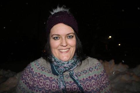 MANGE SAMTALER: Marte Kufaas er leder av bygdeutvalget i Beisfjord, og har fått mange telefoner etter at snøskredet gikk mandag. Hun ber kommunen bli flinkere til å sende ut SMS med informasjon til alle.