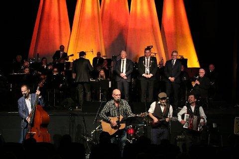Tango for tre: Groms Plass var et naturlig valg for å representere Narvik. Bandet var på plass med «Toget» og en nyskreven låt: «Tango for tre», skrevet i anledning den forestående kommunesammenslåingen.