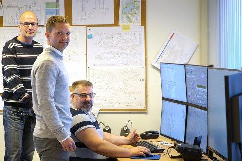 Skjermene som vaktingeniør Tor Gunnar Evensen passer, viser at forbruket av strøm er som normalt konstaterer også Tor Gunnar Evensen (bak) og Robert Utheim.