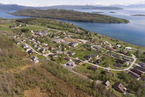 Stuslåtta på Liland ligger helt øverst i boligfeltet på Liland, nede til høyre på bildet. Her har nå Ofoten Midt-Troms boligbyggelag lagt ut fire leiligheter til salgs.