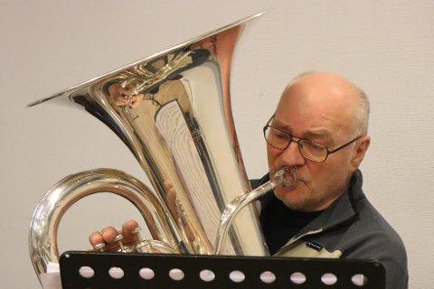 Nestor; Harald Steinar Larssen (77) har vært trofast til sin tuba i samfulle 67 år. Jernbanemusikkens grand old man holder koken og gleder seg stort til den kommende prosjekthelga med musikere fra hele regionen.