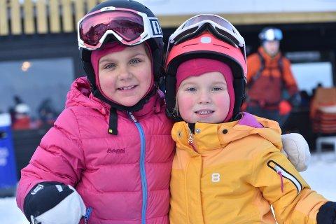 Unge skiløpere: – Vi e go, men pappa e best, sier søstrene Isabella (7) og Philippa Bussoli (5).