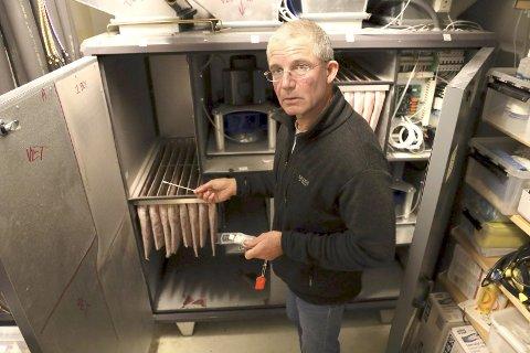 KLAGER - IGJEN: Etter et møte i helsestilsynet i slutten av januar krever Jens Kratholm å få legelisensen tilbake. Her foran ventilasjonsanlegget i den nedlagte klinikken.
