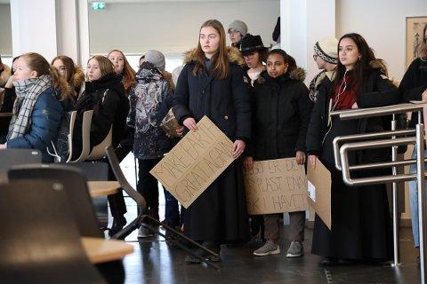 STREIKER: Ungdommer fra flere skoler streiket for klimaet mandag. Blant de oppmøttet var det et aldersspenn fra 7. klasse til tredjeåret på  videregående. Alle i visshet om at de får fravær for å være her i dag.