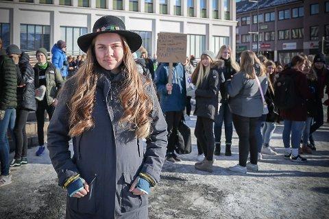 REAGERER: Emmeli Hope Nilfjord (17), initiativtaker til skolestreik for klimaet mandag 18. mars utenfor Narvik rådhus.