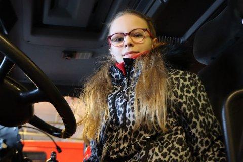 Vinner: 10-åringen Anne Margrethe Pettersen visste my om forebyggende brannvern og skaffet seg og hele klassen på atten en opplevelsesdag med Ofoten Brann IKS.