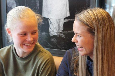 Katrine Winnem Jørgensen (til venstre) og Vilde Fjelldal har vært sammen i flere klubber og på flere landslag i fotball. Foto: Sverre Ruud Ellingsen