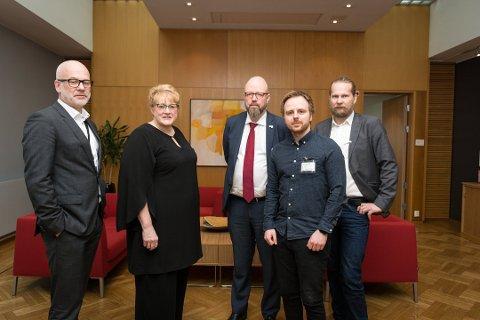Thor Gjermund Eriksen, Trine Skei Grande, Aslak Sira Myhre, Geir Waage og Mats Hansen forstår at de ansatte på lisenskontoret kan få det tøft framover. Foto: Vegard Anders Skorpen