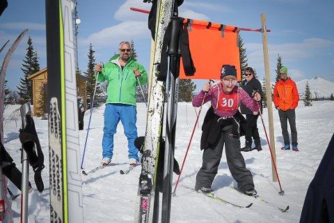 GØY MED SKIRENN: Live Moen (9) har gått skirenn på Trollhøgda hvert påske siden hun var 3-4 år gammel, og det er like gøy hver gang. Her med pappa Tor Arvid Moen (t.v.) på årets barneskirenn.