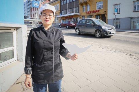 Oppgitt: Jamorn Punrat, innehaveren av thaikjøkkenet ved OT-gården, er oppgitt over at skiltet hennes ikke får stå i fred. Her med en bit av skiltet som ligger igjen.