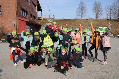Dansere: Danseinstruktør Alex Beeton sammen med klasse 2B ved Skistua skole.