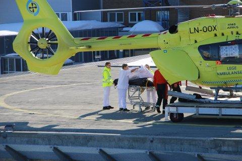 RYKKET UT: Rundt klokken 14.45 landet luftambulansen ved UNN i Tromsø etter å ha rykket ut til fallulykken i Lyngen. Foto: Trygve Grønning