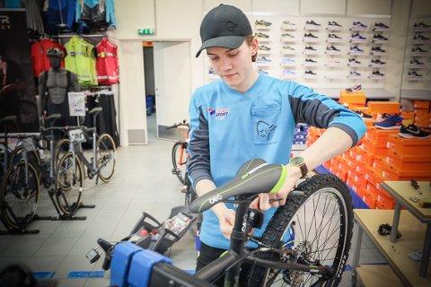 RENHOLD ER VEDLIKEHOLD: Å holde sykkelen ren er en enkel, men viktig del av vedlikeholdet av sykkelen. – Skitten sykkel blir fortere ødelagt, sier Morten Johannesen (20).
