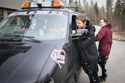 SKUFFET: Emil Mathias Hågensen og Steven Grande er to av fem ungdommer på russebilen «Evolution». Russetida ble ikke som de hadde håpet på da lydanlegget til 30.000 kroner ble stjålet forrige uke.