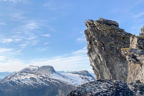 KJERNA: NVE skal undersøke om sprekkdannelser i fjellpartiet er alvorlige.