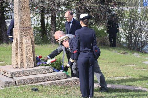 Geir Ketil Hansen (SV) legger ned blomster på markeringen av gjenerobringen av NArvik tirsfag formiddag.