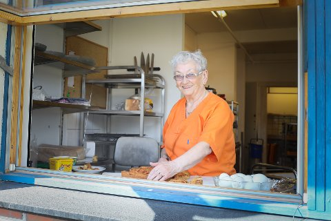 FYLLER 80: Inger Kristiansen deler opp kaker til beboerne på Ellas Minne bo- og rehabiliteringssenter. Denne dagen var det hjemmelaget eplekake på menyen.
