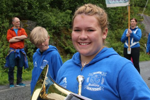 SKREV HISTORIE: Leonora Eriksen (13) og de andre musikantene fra Narvik- og Ankenes Skolekorps urfremførte en «ode» til Spanstinden i ville og vakre omgivelser søndag. Sammen med flere hundre andre skapte de et magisk, musikalsk øyeblikk i Spansdalen.
