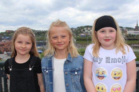 Danseløver: De 3 jentene, Adele Haug (9), Lilja Louise Uteng (10) og Johanne Elise Mårtensson (9), i fjerde klasse ved Håkvik skole fikk det til å swinge i sentrum av Narvik torsdag da de sammen med resten av elevene ved skolen dro i gang BlimE-dansen.